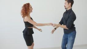 Concetto di amore e delle relazioni Bello giovane dancing delle coppie in una stanza bianca stock footage