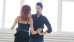 Concetto di amore e delle relazioni Bello giovane dancing delle coppie in una stanza bianca archivi video