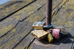 Concetto di amore, fedeltà, Lucchetti sull'inferriata di un ponte di legno antico di una città europea immagini stock