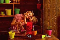 Concetto di amore Madre di bacio del piccolo bambino che pianta i fiori con amore Sviluppato con amore Ami e protegga la natura immagine stock libera da diritti
