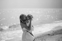 Concetto di amore, maternità, preoccuparsi, in bianco e nero immagine stock
