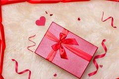 Concetto di amore Vista superiore dei contenitori di regalo rossi con l'arco Fotografia Stock
