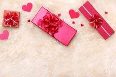 Concetto di amore Vista superiore dei contenitori di regalo rossi con l'arco Immagine Stock
