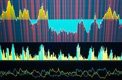 Concetto di analisi fondamentale e tecnica Schermo commerciale del mercato Grafico del mercato azionario, grafico su fondo blu immagine stock