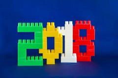Concetto 2018 di anno di Lego New con i cubi di Lego su fondo blu Fotografie Stock Libere da Diritti