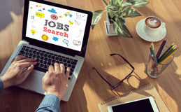 Concetto di applicazione di Internet Online Job Search dell'uomo d'affari Immagine Stock