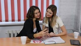 Concetto di appuntamento di affari Due ragazze graziose che hanno schiamazzo piacevole, conversazione Faccia il selfie Sparato in archivi video