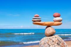 Concetto di armonia e di equilibrio Pietre dell'equilibrio contro il mare immagine stock libera da diritti