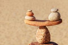 Concetto di armonia e di equilibrio Pietre dell'equilibrio contro il mare fotografie stock