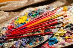 Concetto di arte con la tavolozza e le spazzole Immagine Stock
