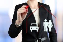Concetto di assicurazione del disegno della donna di affari da una penna rossa Fotografia Stock