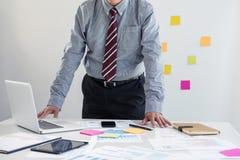 Concetto di attività bancarie di contabilità di finanziamento di affari, fare dell'uomo d'affari Fotografie Stock