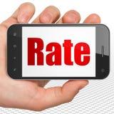 Concetto di attività bancarie: Mano che tiene Smartphone con il tasso su esposizione Immagine Stock Libera da Diritti