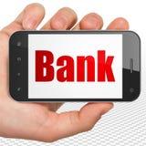 Concetto di attività bancarie: Mano che tiene Smartphone con la Banca su esposizione Immagini Stock