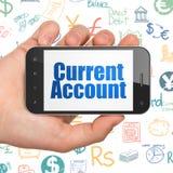 Concetto di attività bancarie: Passi la tenuta dello Smartphone con il conto corrente su esposizione Fotografie Stock
