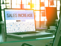 Concetto di aumento di vendite sullo schermo del computer portatile 3d Fotografie Stock
