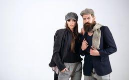 Concetto di autunno La coppia dell'uomo barbuto e della donna sensuale in autunno copre Modelli di moda di autunno Goda del tempo Fotografia Stock