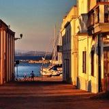 Concetto di avventura del viaggiatore del mare - rope al pilastro del tramonto Fotografie Stock