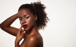 Concetto di bellezza e di modo: ritratto afroamericano attraente del primo piano della donna fotografia stock libera da diritti