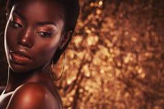 Concetto di bellezza: Il ritratto di giovane donna africana sensuale con colorato compone immagini stock libere da diritti