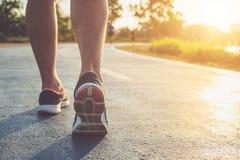 Concetto di benessere di allenamento dell'uomo: Piedi del corridore con il funzionamento della scarpa della scarpa da tennis Fotografie Stock Libere da Diritti