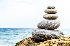 Concetto di benessere di ispirazione dell'equilibrio delle pietre Immagini Stock