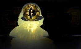 Concetto di Bitcoin Nuova valuta del mondo Moneta di oro di Bitcoin e del si fotografie stock libere da diritti