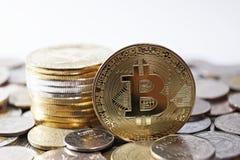 Concetto di Bitcoin, pila del bitcoin con l'altro fondo della moneta di valuta Fotografie Stock Libere da Diritti