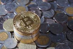 Concetto di Bitcoin, pila del bitcoin con l'altro fondo della moneta di valuta Fotografia Stock
