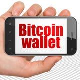 Concetto di Blockchain: Passi la tenuta dello Smartphone con il portafoglio di Bitcoin su esposizione Fotografia Stock Libera da Diritti