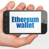 Concetto di Blockchain: Passi la tenuta dello Smartphone con il portafoglio di Ethereum su esposizione Fotografia Stock