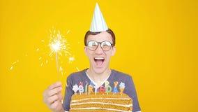 Concetto di buon compleanno Giovane uomo divertente con un dolce o un fondo arancio archivi video