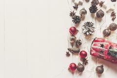 Concetto di Buon Natale, disposizione piana ornamenti moderni, spirito del giocattolo dell'automobile Fotografia Stock