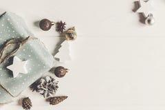 Concetto di Buon Natale, disposizione piana presente e wi alla moda dei regali immagini stock libere da diritti