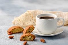 Concetto di buongiorno - caffè schiumoso del caffè espresso della prima colazione accompan fotografia stock libera da diritti