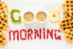 Concetto di buongiorno Parole del ` di buongiorno del ` presentate con i pezzi di semi del melograno e della frutta Fotografie Stock