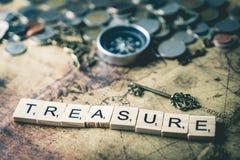 Concetto di caccia del tesoro con le monete e la bussola Fotografia Stock Libera da Diritti