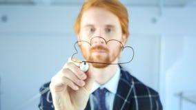 Concetto di calcolo dell'uomo della nuvola creativa del disegno su vetro trasparente in ufficio, capelli rossi Immagini Stock