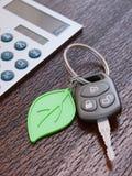 Concetto di calcolo di prestito di automobile con le chiavi dell'automobile Fotografie Stock Libere da Diritti