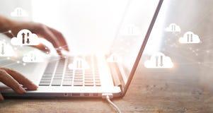 Concetto di calcolo, uomo d'affari che per mezzo del computer portatile con il collegamento di rete informatica bianco delle nuvo immagini stock