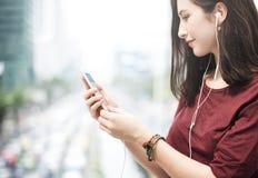 Concetto di camminata d'ascolto di spettacolo di media di musica della donna Immagini Stock Libere da Diritti