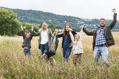 Concetto di camminata di unità della natura del campo della famiglia fotografia stock