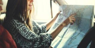 Concetto di campeggio della mappa di direttiva delle coppie di viaggio stradale Fotografie Stock