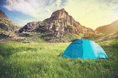 Concetto di campeggio di stile di vita di viaggio della tenda e di Rocky Mountains Landscape Fotografie Stock