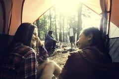 Concetto di campeggio di viaggio della destinazione del ritrovo di amicizia della gente fotografie stock