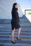 Concetto di carriera - bella donna in vestito che sta sulla st fotografia stock