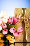 Concetto di celebrazione - contenitore e tulipano di regalo Immagini Stock