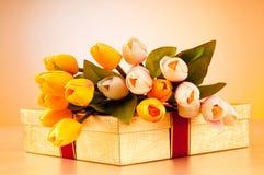 Concetto di celebrazione - contenitore e tulipano di regalo Fotografie Stock