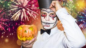 Concetto di celebrazione di Halloween Cenni storici del partito di Halloween Uomo con la zucca di giallo di Halloween fotografie stock