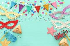 Concetto di celebrazione di Purim & x28; holiday& ebreo x29 di carnevale; sopra fondo blu di legno fotografie stock libere da diritti